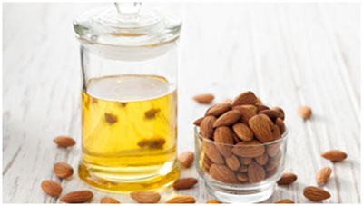 Almond oil rich in vitamin E that keeps the skin young