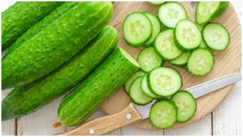Cucumber keeps the skin hydrated and prevents dryness of the skin